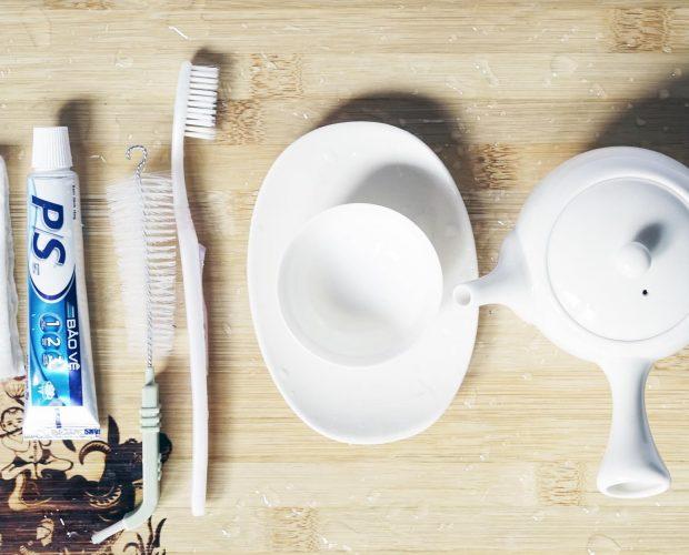 Rửa ấm trà - bằng kem đánh răng