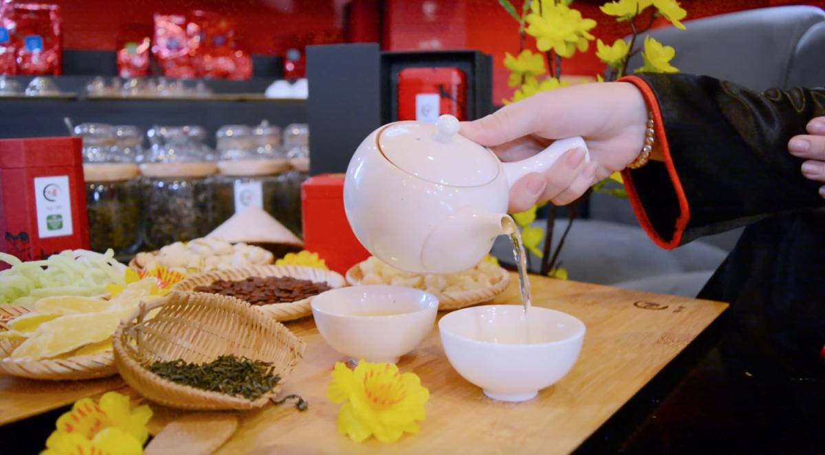 Rót trà từ ấm sứ trắng